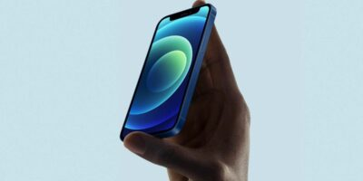 """iOS 14.5 is ready, Apple has made the """"Release Candidate"""" available. The release of the update for everyone is imminent. COMPUTER BILD reveals what innovations await iPhone users. Actually, Apple only presented new hardware on its """"Spring Loaded"""" keynote : the iPad Pro 2021 , the colorful iMac 2021 , a new Apple TV 4K 2021 and the long-awaited AirTags . But hidden in a subordinate clause of the press release, the manufacturer has also announced the release of iOS 14.5. The official release candidate of iOS 14.5 has been available since April 21, 2021 in the evening. That means: iOS 14.5 is ready. If there are no more surprising bugs, the final version should be identical to the release candidate. Registered developers or users of the public beta-Programs can download iOS 14.5 now; for all others, iOS 14.5 will appear no later than the day the AirTags are sold on April 30th. COMPUTER BILD reveals why the update is worthwhile - and when the release can be expected. 5G without restrictions on the iPhone 12 Visually, iOS 14.5 comes in the usual look introduced with iOS 14 with widgets on the start screen and app media library on the far right. But for 5G users with iPhone 12 , iPhone 12 Pro , iPhone 12 Pro Max or iPhone 12 Mini , Apple has finally fixed a restriction that frustrated users in particular who have their iPhone with two SIM cards - one nano SIM and one eSIM - wanted to use in dual SIM operation. Because as soon as the dual SIM function with two SIM cards was activated under iOS 14.4, 5G no longer worked. Almost three quarters of a year after the iPhone 12 was released, Apple finally fixed this problem with iOS 14.5: 5G can also be used in dual SIM mode. Unlock with Apple Watch iPhones with iOS 14.5 can be unlocked using Apple Watch. Unlock iPhone despite mask Anyone who owns an Apple Watch with WatchOS 7.4 (such as the Apple Watch SE or Apple Watch 6 ) benefits from a huge leap in comfort: When the Apple Watch is unlocked, the iPhone can also be unlocked au"""